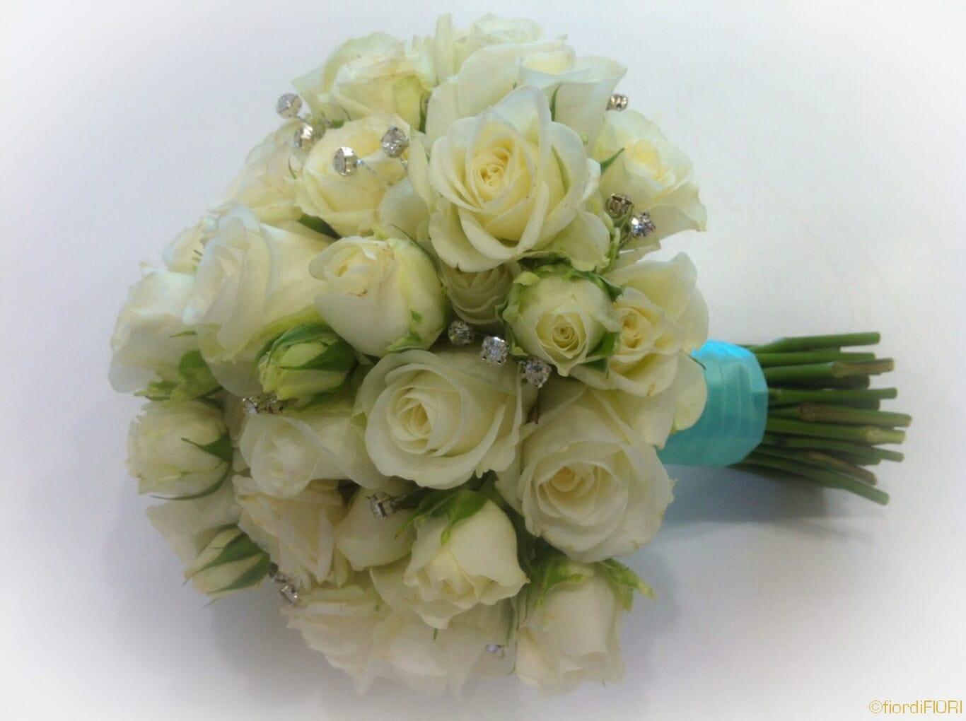 Bouquet tema mare con rose e brillanti