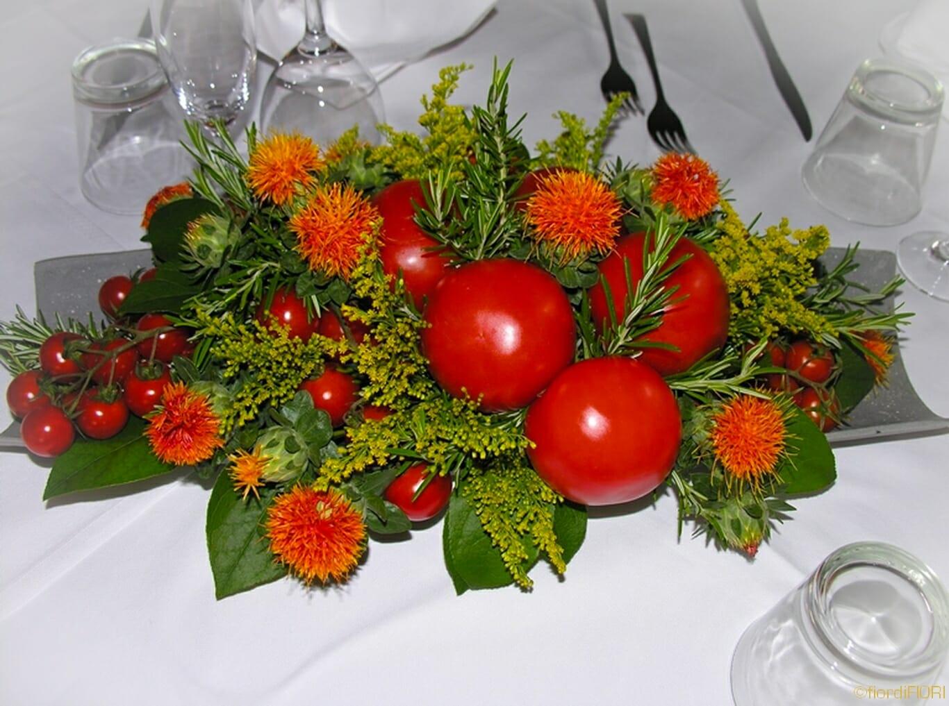 Centrotavola con pomodori e fiori