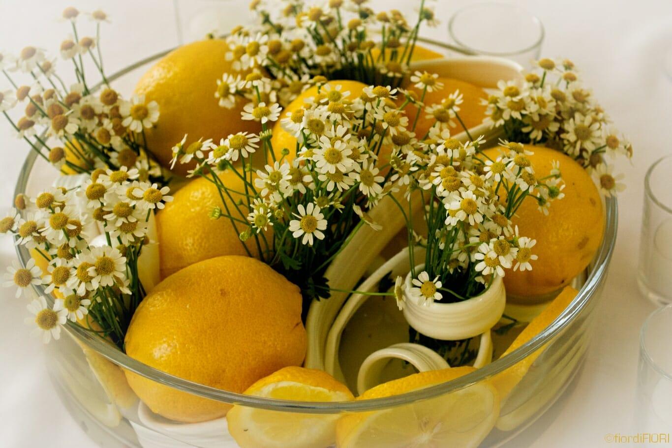 Centrotavola con limoni e camomilla