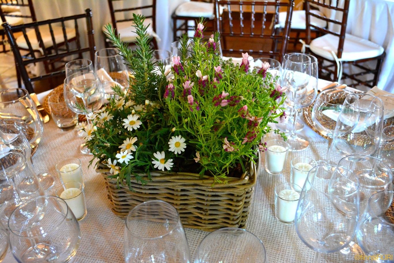 Composizioni floreali con piante aromatiche per pranzo aziendale presso le tenute Ugolini