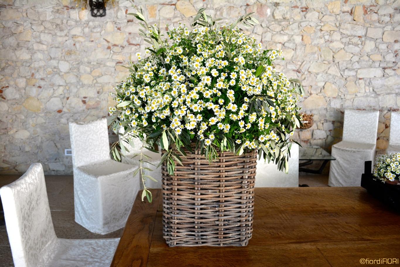 Composizioni floreali con fiori di campo per pranzo aziendale presso le tenute Ugolini