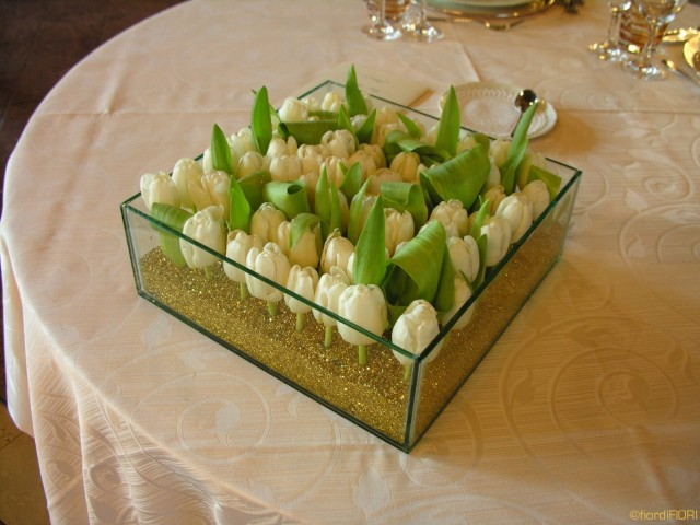 Centrotavola con tulipani immersi nell'oro