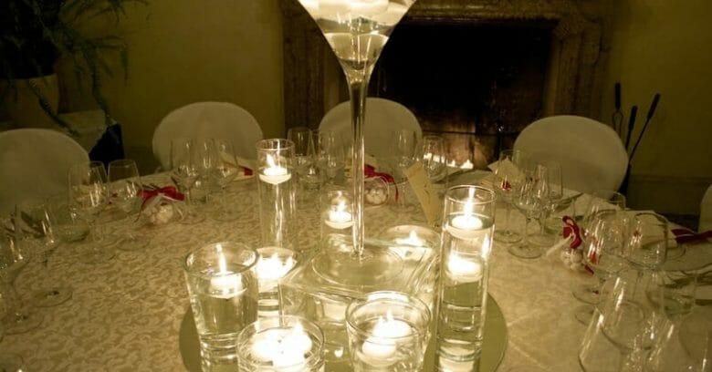 Centrotavola con candele e diversi tipi di vasi