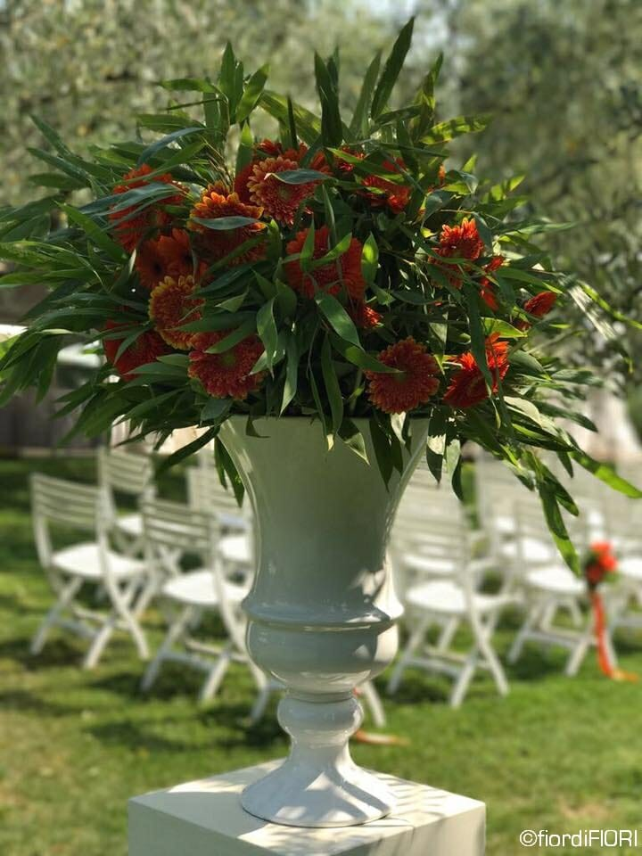 Allestimento floreale zona della cerimonia con i toni dell'arancio
