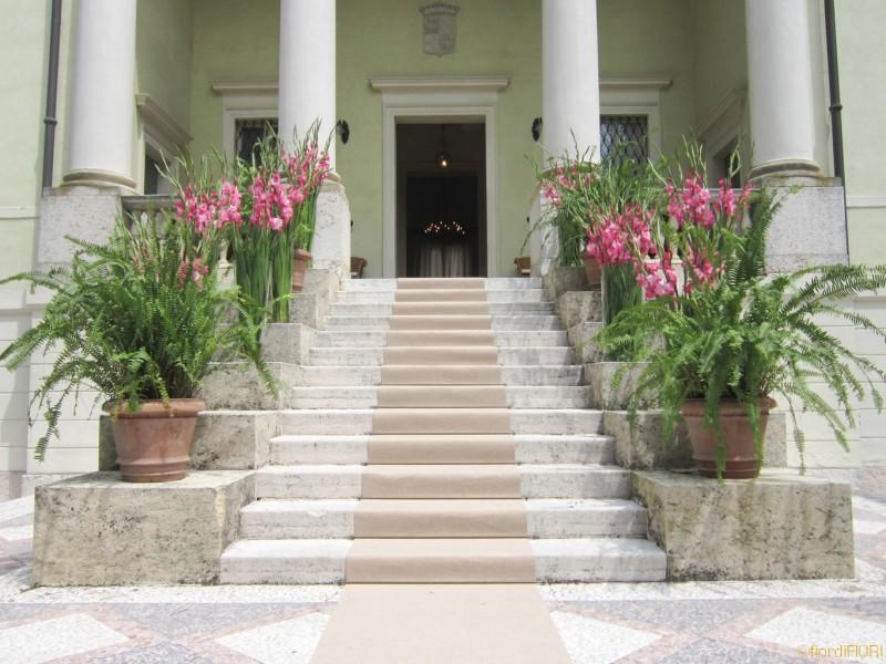Allestimento scalinata ingresso villa