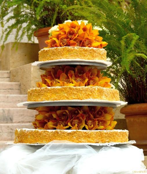 Torta nuziale decorata con orchidee