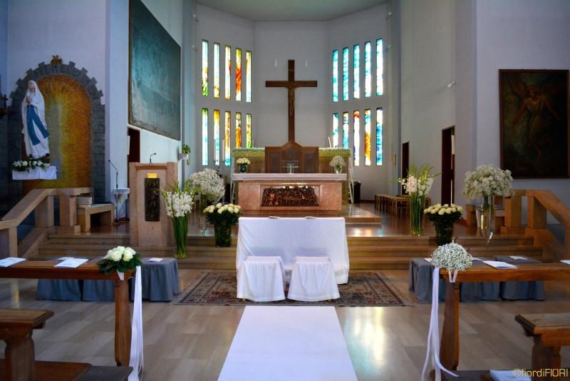 Vasi alti sull'altare e mazzetti nelle navate
