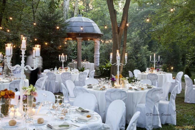 Allestimento zona ricevimento di nozze in attesa degli sposi