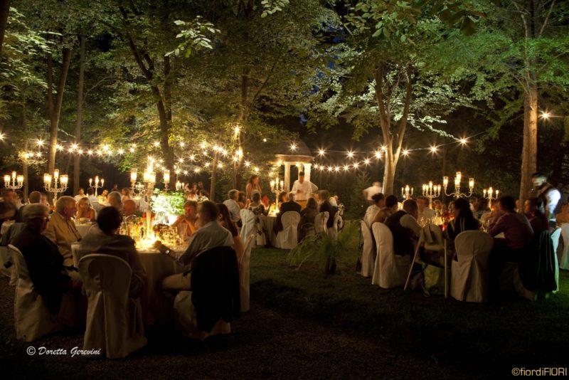 Ricevimento di nozze nel giardino segreto della villa a lume di candela