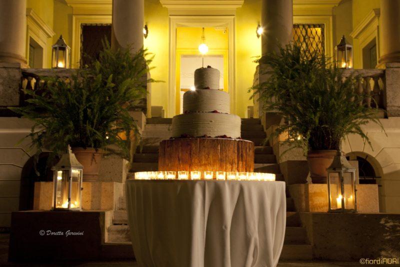 Allestimento con candele della torta nuziale