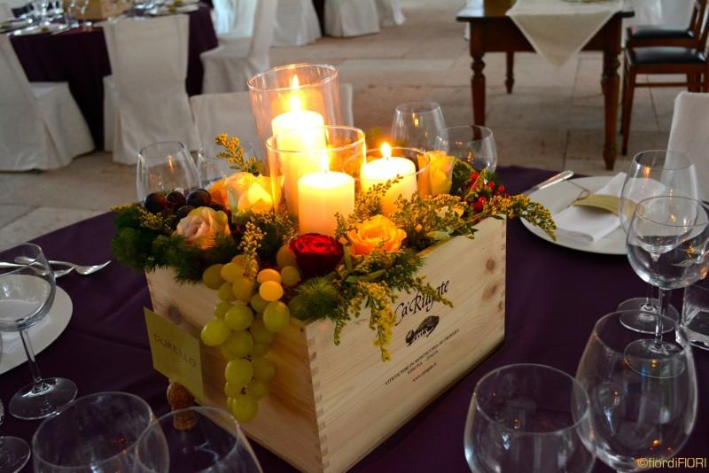 Centrotavola per matrimonio tema vino con cassetta di vino di legno
