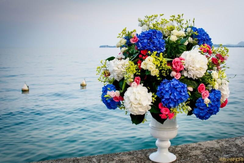 Maestoso vaso multicolor per un matrimonio sulle rive del Lago di Garda