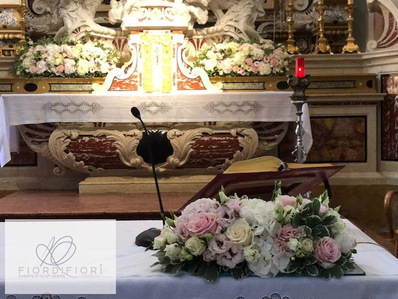 Allestimenti floreali per matrimonio combinando ortensie e rose