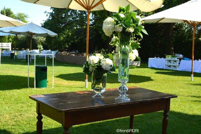Addobbi floreali per ricevimento di nozze con vasi alti e ortensie, lanterne e torce.