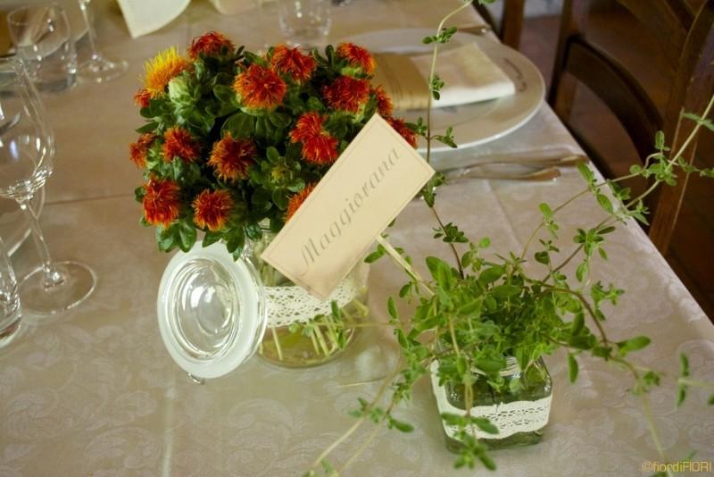 Composizioni miste in vasetti da salsa con centrini
