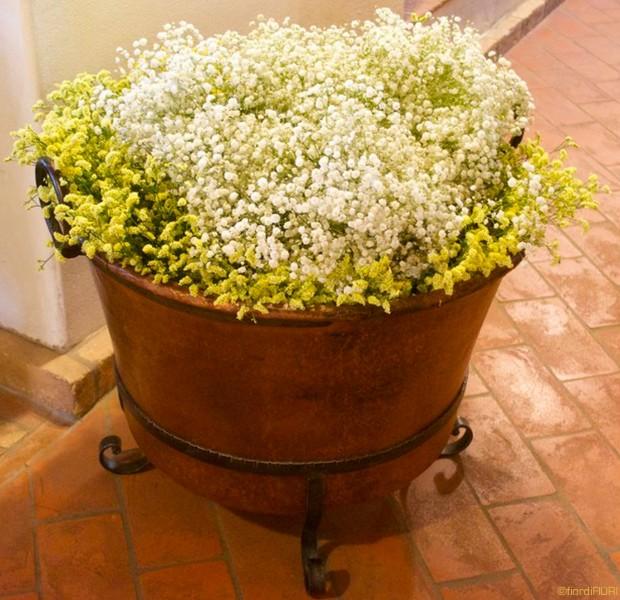 Composizione floreale in vaso di rame sala ricevimento
